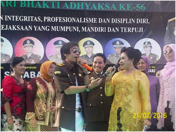 Ny .Maruli Hutagalung ,istri Kepala Kejaksaan Tinggi Jawa timur dan Ian Kasela vokalis Band raja , melantunkan lagu ,dalam Acara peringatan Hari Ulang tahun Adyaksa ke 56.