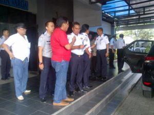 Ir. Isa Ansori. MT Kepala Bidang Pengendalian Operasi Dinas Perhubungan dan LLAJ Provinsi Jawa Timur berbincang dengan wartawan Panggung Modus Operandi, Pande.