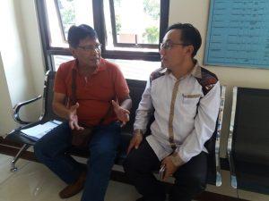 Pejabat Pembuat Komitmen/PPK Proyek Drainase/Gorong-gorong Kota Mojokerto, Ir. Verry Hendri saat berbincang dengan wartawan Panggung Modus Operandi.